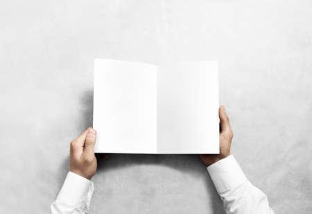Hand opening lege witte brochure boekje mockup. Folder presentatie. Pamflet mock-up houden de hand. Man show duidelijk offset papier. Boekje design template. A5 vel papier lezen display first person