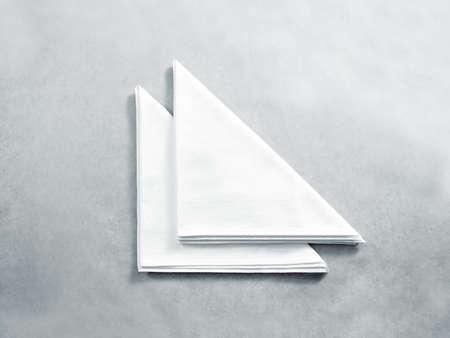 빈 흰색 레스토랑 냅킨 절연, 최대 조롱. 클리어 접힌 된 섬유 수건 모형 디자인 템플릿입니다. 디자인 카페 브랜드 아이덴티티 깨끗한 냅킨면. 무명 천