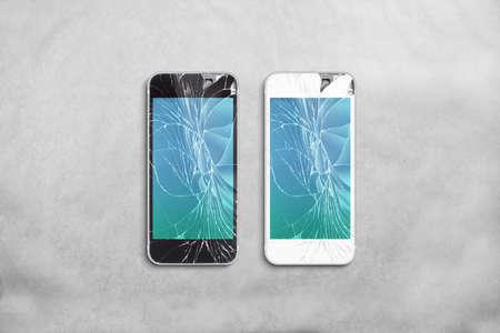 Gebroken gsm-scherm, zwart, wit, het knippen weg. Smartphone scherm crack mockup. Cellphone crashte en scratch. Telefoon beeldscherm glas raakte. Apparaat vernietigd. Smash gadget, moet repareren. Stockfoto