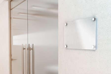 Lege transparante plaat glazen teken ontwerp mockup, 3D-rendering. Naambord mock-up op de muur in de buurt van het kantoor ingang interieur. Signage deurpaneel nummer template. Clear printplaat voor branding. Stockfoto