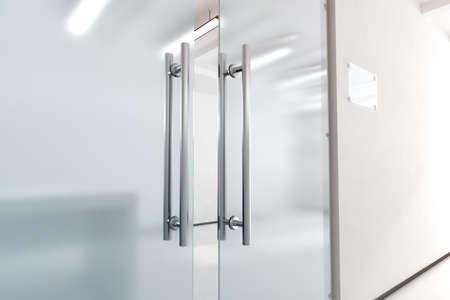 Puerta de cristal blanco con asas de metal maqueta, la representación 3d. Entrada de la oficina con el tablero de la muestra del espacio en la maqueta de la pared. Abrió sala de puerta de lujo con superficie transparente para su diseño logotipo de la empresa. Foto de archivo - 65030395