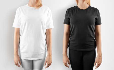 Lege zwarte en wit t-shirt ontwerp mockup, geïsoleerd. Vrouwen dragen t-shirt sjabloon, vooraanzicht mock up. Lege kleding uniform singlet, vrouwelijk model. Plain zweet T-shirt jurk in te stellen. Stockfoto