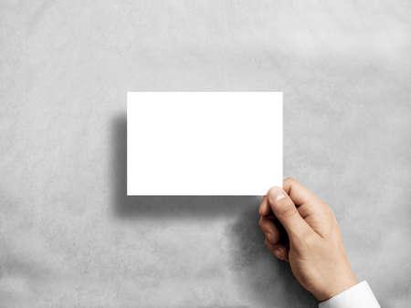 Hand die het lege witte model van de prentbriefkaarvlieger houden. 6 x 4 leaflet mock-up presentatie. Post houder. De mens toont duidelijk briefkaartdocument. Blad sjabloon. Uitnodigingsboekje eerste persoonsmening lezen