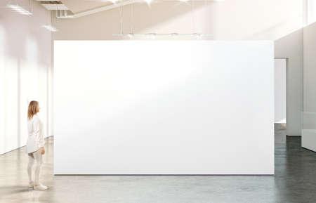 현대 갤러리에서 빈 흰색 벽에 가까운 mockup 걷는 여자. 소녀는 박물관에서 현대 미술 전시회를 통해 분명히 큰 목장을 조롱합니다. 대형 홀 인테리어,  스톡 콘텐츠