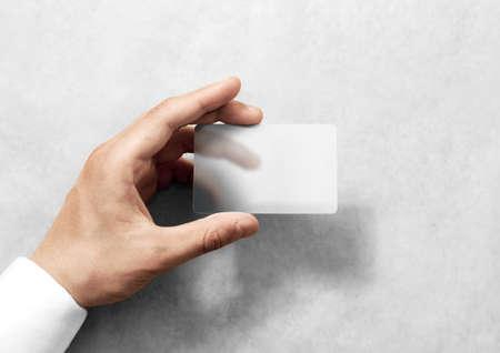 Hand houd lege doorschijnende kaart mockup met afgeronde hoeken. Effen duidelijke call-card mock-up sjabloon met arm. Kunststof transparant acryl visitekaartje display voorzijde.