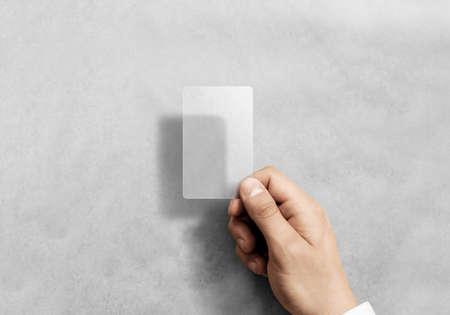 Hand houden lege verticale doorschijnende kaart mockup met afgeronde hoeken. Effen transparante call-card mock-up sjabloon met arm. Kunststof transparant acryl visitekaartje display voorzijde.