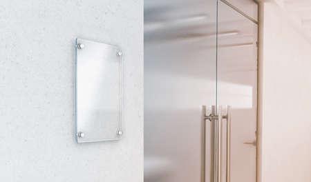 Leeg verticaal transparant de plaatmodel van het glasteken, het 3d teruggeven. Typeplaatje omhoog op de muur dichtbij het binnenland van de bureautoegang. Bewegwijzerdeel, winkeldeur sjabloon. Duidelijke printplaat voor branding.