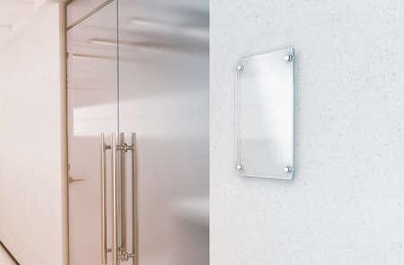 Lege verticale transparante de plaatspot van het glasteken omhoog, het 3d teruggeven. Naambordmodel op de muur dichtbij het binnenland van de bureautoegang. Bewegwijzerdeel, winkeldeur sjabloon. Duidelijk printkader voor branding Stockfoto