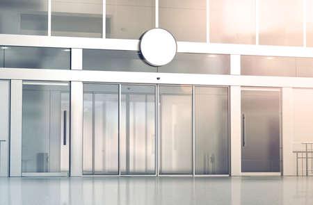 空白の白い丸い看板店ガラス引き戸の入り口、3 d レンダリングのモックアップ。商業ビルの自動エントリ、バナーをモックアップします。透明なビ