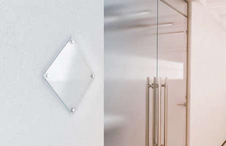 Leeg de tekenplaatmodel van het ruit transparant glas, het 3d teruggeven. Typeplaatje omhoog op de muur dichtbij het binnenland van de bureautoegang. Bewegwijzerdeel, winkeldeur-sjabloon. Duidelijke printplaat voor branding.