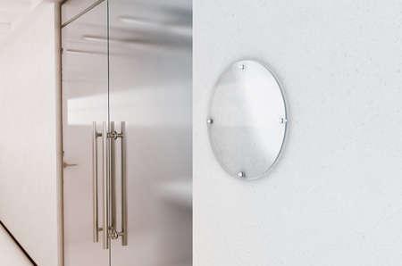 Leeg rond transparant glassignapemodel, het 3d teruggeven. Circulaire naamplaatspot omhoog op de muur dichtbij het binnenland van de bureautoegang. Bewegwijzerdeel, winkeldeur-sjabloon. Printplaat voor branding. Stockfoto