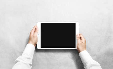 空白のタブレットモックを持つ手。新しいポータブルPC画面のプレゼンテーション。空のデバイスディスプレイモックアップ。スペースタッチスクリ