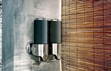 빈 검은 샴푸와 로션 디스펜서 이랑, 측면보기. 빈 분무기는 고립 된 조롱. 손 템플릿 비누 분쇄기