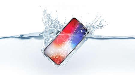 Schwarzes Smartphone verspotten mit farbigem Bildschirmfall im Wasser, 3D-Rendering. Mobiles Smartphone-Modell sinkt unter flüssige Oberfläche. Neues elektronisches wasserdichtes Handy fällt und taucht mit Spritzern. Standard-Bild
