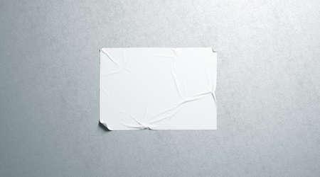 Leeres weißes Wheatpaste-klebendes horizontales Plakatmodell auf strukturierter Wand, 3D-Rendering. Leeres Klebeplakat-Mock-up. Kino- oder Propagandabanner. Zerknittertes Pastendisplay, das an der Wand hängt. Standard-Bild