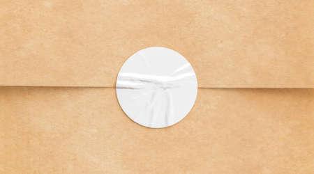 BLanker weißer zerknitterter Aufkleber auf Bastelpapier Mock-up Standard-Bild
