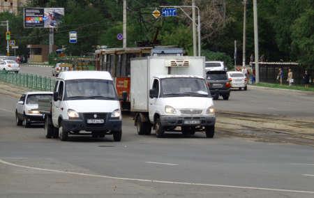 Kazakhstan, Ust-Kamenogorsk, augus 9, 2019: Two Gazelle trucks. Traffic. One of the city streets. Downtown. Street traffic. Cars. Tram 報道画像