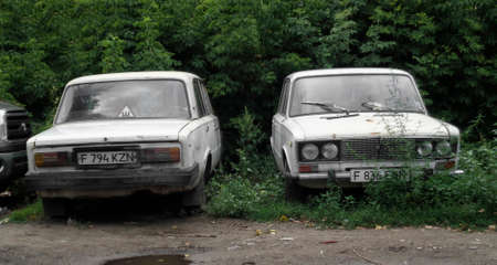 Kazahstan, Ust-Kamenogorsk, august 1, 2017: Two abandoned cars. Lada 1600 (Vaz 2106) 報道画像