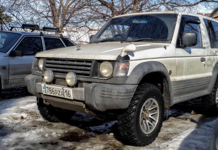 Kazakhstan, Ust-Kamenogorsk, march 9, 2018: Mitsubishi Pajero II. Old japanese car. Old suv. 3-door suv 報道画像