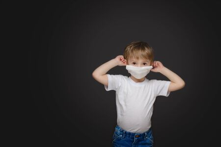Little boy in a medical mask not a gray background Banco de Imagens