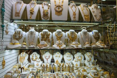 Dubai gold market, display case with three shelves with jewelry and yellow gold items 版權商用圖片