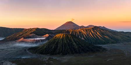 Mistyczny widok na górę Bromo to aktywny wulkan Taman Nasional Bromo Tengger Semeru o złotej godzinie (wschód słońca) we wschodniej części Indonezji.