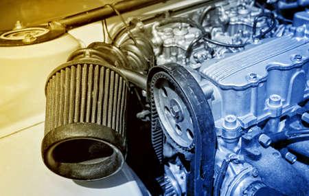 Stahl-Motor mit einem gro�en Luftfilter