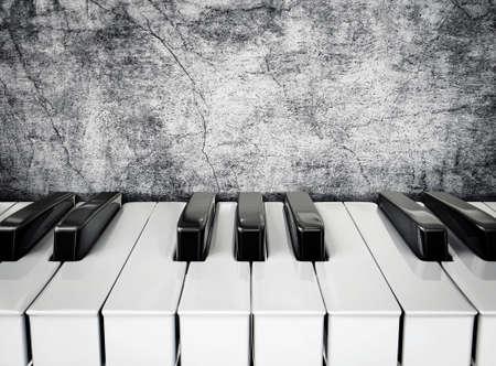 piano: teclas del piano blanco y negro en una pared de estuco