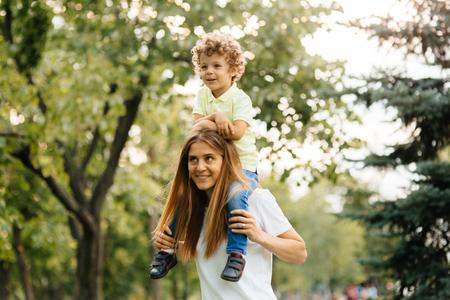 Porträt der glücklichen liebevollen Mutter und ihres Babys draußen. Standard-Bild - 80930208