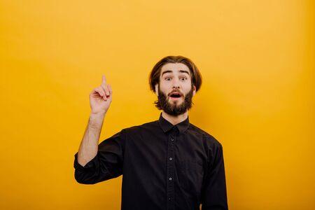 Denkender Mann, der Idee hat evrika, Closeup Portrait intelligenter junger Mann, der gerade auf eine Idee kam aha, isoliert gelben Hintergrund. Positive Emotion Mimik Gefühl, Haltung, Wahrnehmung Standard-Bild