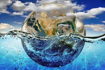 calentamiento global: Tierra se sumerge en agua, entre las nubes contra el cielo.