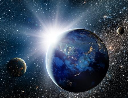 cielo: Salida del sol sobre el planeta y sat�lites en el espacio. Foto de archivo