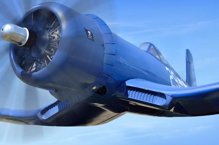 미국의 캐리어 기반 전투기는 푸른 하늘을 날고있다.