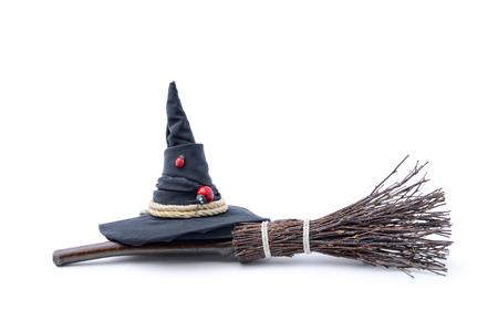 Magiczna miotła i czarownica kapelusz na białym tle