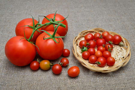 Ripe, fresh, red tomatoes on a coarse burlap 免版税图像
