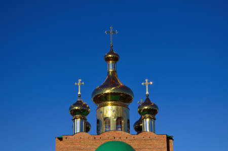 Golden domes of the Orthodox Christian Church against the blue sky. 免版税图像 - 159932597