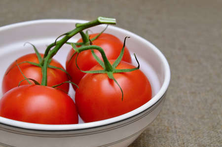Ripe, red tomatoes in a white plate 免版税图像