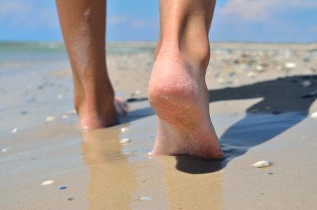 Human legs close up on the background of the sea beach 免版税图像 - 161756866