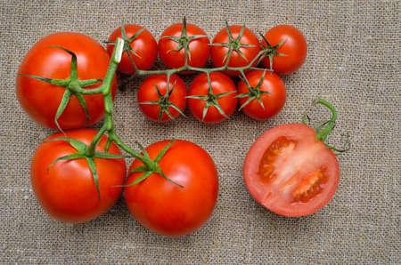 Ripe, fresh, red tomatoes on a coarse burlap 免版税图像