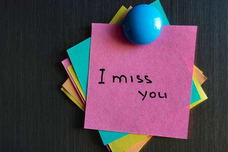 Ich vermisse dich Notiz auf dem Aufkleber am Kühlschrank