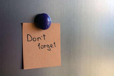 appunti con la scritta non dimenticare sulle porte del frigorifero