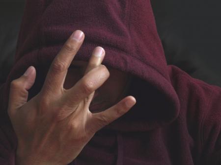 de maras: Miembro de la pandilla con una mano firme