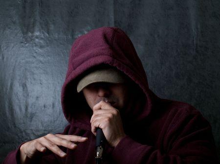 rapper: rapero vistiendo el cap� y cantando en un micr�fono Foto de archivo
