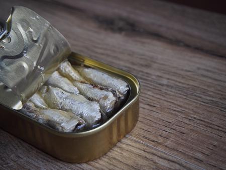 sardinas: Las sardinas en conserva en el fondo de madera