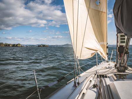 Żaglówka na morzu w pobliżu wybrzeża
