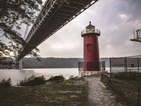 The Little Red Lighthouse and George Washinton bridge Фото со стока