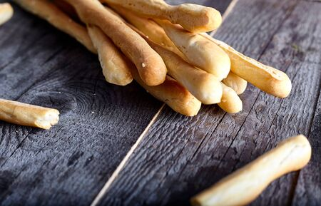 Breadsticks grissini - italian snack on wood background Lizenzfreie Bilder