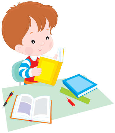 hausaufgaben: Junge liest ein Buch zu Tisch