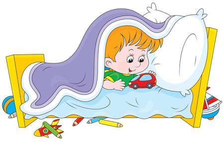 小さな男の子は毛布の下でおもちゃの車で遊ぶ