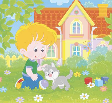 Ragazzino che gioca con un piccolo gattino grigio tra i fiori sull'erba verde di un prato davanti a casa sua in una giornata di sole estivo, illustrazione in stile cartone animato